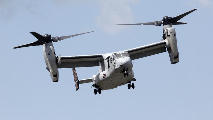 A U.S. Marine Corps MV-22 Osprey, carrying Israel's Defense Minister Moshe Yaalon, approaches the Pentagon, Friday, June 14, 2013, as he arrives for a meeting with Defense Secretary Chuck Hagel. (AP Photo/Charles Dharapak)