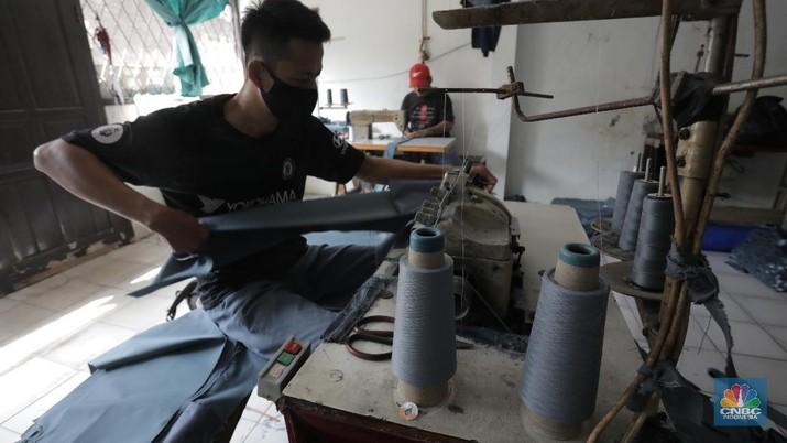 Pagebluk Covid-19 menjadi masa paling suram bagi Yani, pengusaha konveksi pakaian asal Jakarta, Kecamatan Kebayoran Lama, Jakarta Selatan. Bagaimana tidak, omset usaha yang dirintisnya sejak dulu menurun dengan sejumlah order atau pesanan dibatalkan. (7/7/20). CNBC Indonesia/Tri Susilo