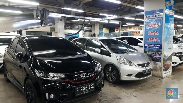 Penjualan Mobil Bekasi di WTC Mangga Dua (CNBC Indonesia/Sandy Ferry)