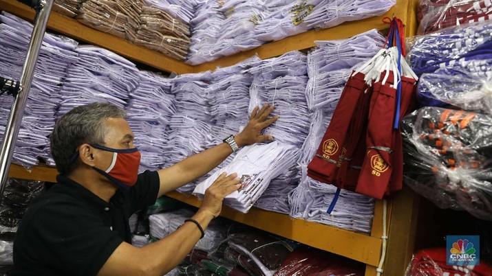 Burhan Menjaga toko di pasar Jatinegara Jakarta Timur, Rabu 8/7. Sejumlah toko di Pasar Jatinegara, Jakarta Timur,  mengaku kehilangan banyak pembeli karena tidak ada kepastian kapan sekolah kembali dibuka setelah Pembatasan Sosial Berskala Besar (PSBB) akibat pandemi virus corona. Burhan 48 tahun seorang pemilik toko baju seragam sekolah mengeluhkan turunnya hasil dagang.