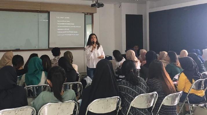 Acha Septriasa saat memberikan materi kepada mahasiswa Vokasi UI (Dok. Vokasi UI)