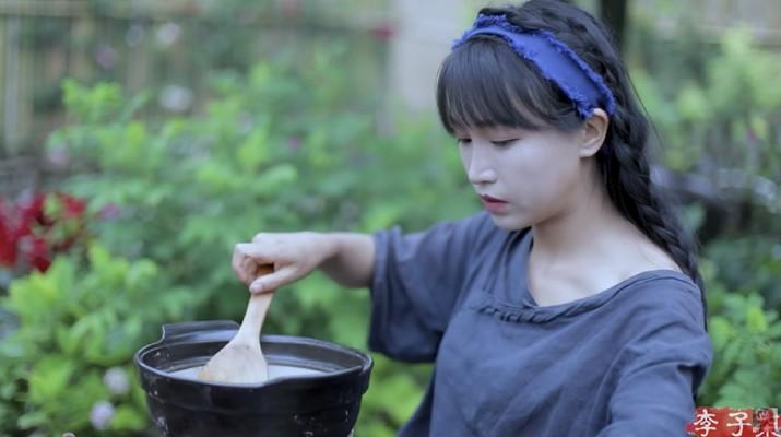 Li Ziqi (Tangkapan Layar Youtube 李子柒 Liziqi)