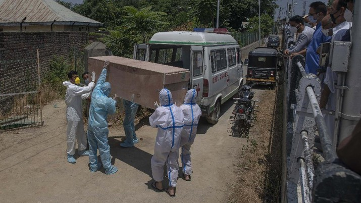 Relatives carry the body of a Kashmir man who died of COVID-19 out of an ambulance for burial at a cemetery in Srinagar, Indian controlled Kashmir, Friday, July 10, 2020. India has overtaken Russia to become the third worst-affected nation by the coronavirus pandemic. (AP Photo/Dar Yasin)
