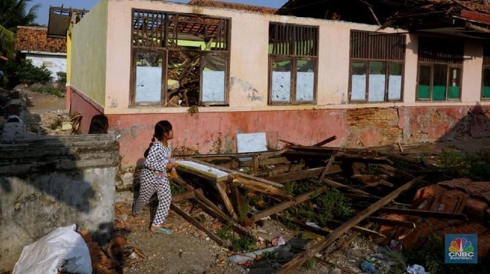Atap sekolah SDN Sindangsari 03 ambruk di Kampung Pulongandang, Desa Sindangsari, Bekasi. (CNBC Indonesia. Muhammad Sabki)