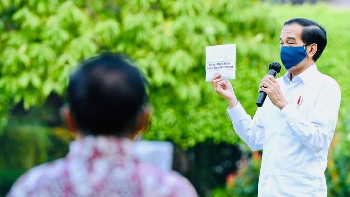 Presiden Jokowi Serahkan Bantuan Modal Kerja bagi Pelaku Usaha Mikro dan Kecil. Rusman - Biro Pers Sekretariat Presiden