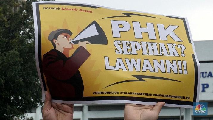 Puluhan pekerja geruduk kantor Lion Air. CNBC Indonesia/Muhammad Sabki