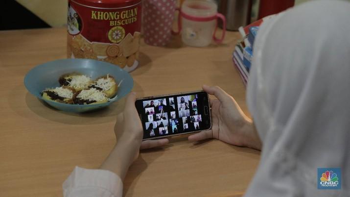 Kegiatan belajar via daring di tahun ajaran baru. (CNBC Indonesia/Muhammad Sabki)