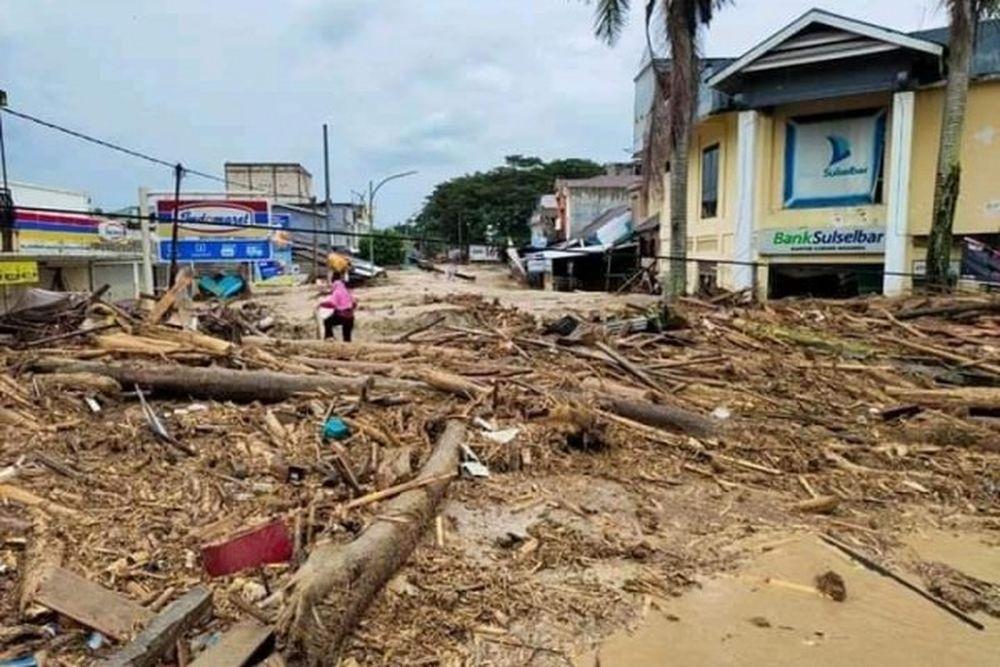 Material yang terbawa banjir saat menerjang Masamba pada Senin (13/7/20). Ist