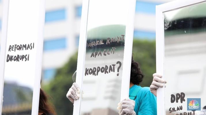Sejumlah aktivis yang tergabung dalam gerakan #BersihkanIndonesia melakukan aksi di depan Gedung DPR/MPR. (CNBC Indonesia/Andrean Kristianto)