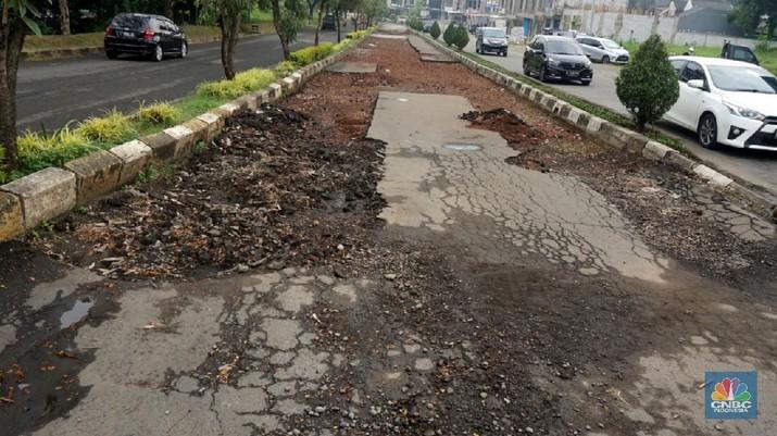 Ilustrasi jalan rusak. (CNBC Indonesia/Muhammad Sabki)