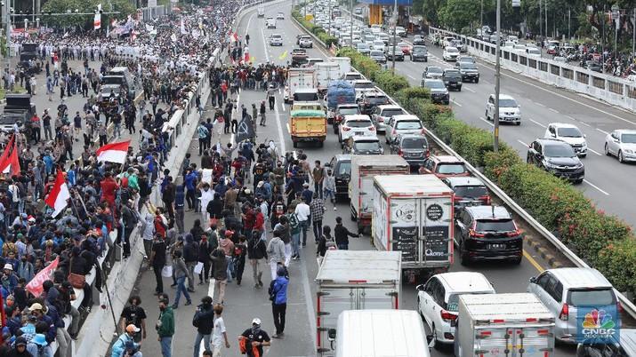 Aksi demo tolak Omnibus Law, masa aksi memasuki jalan tol. (CNBC Indonesia/Andrean Kristianto)
