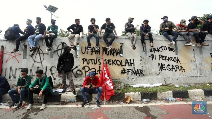 Aksi Vandalisme saat aksi penolakan Omnibus Law di depan gedung  DPR RI. (CNBC Indonesia/Andrean Kristianto)