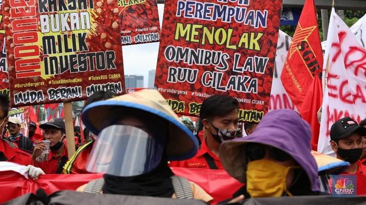 Demo Tolak Omnibus Law di Depan Gedung DPR. (CNBC Indonesia/Andrean Kristianto)