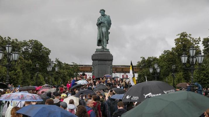 Warga Rusia Demo Tolak Putin Jadi Presiden. AP/Alexander Zemlianichenko
