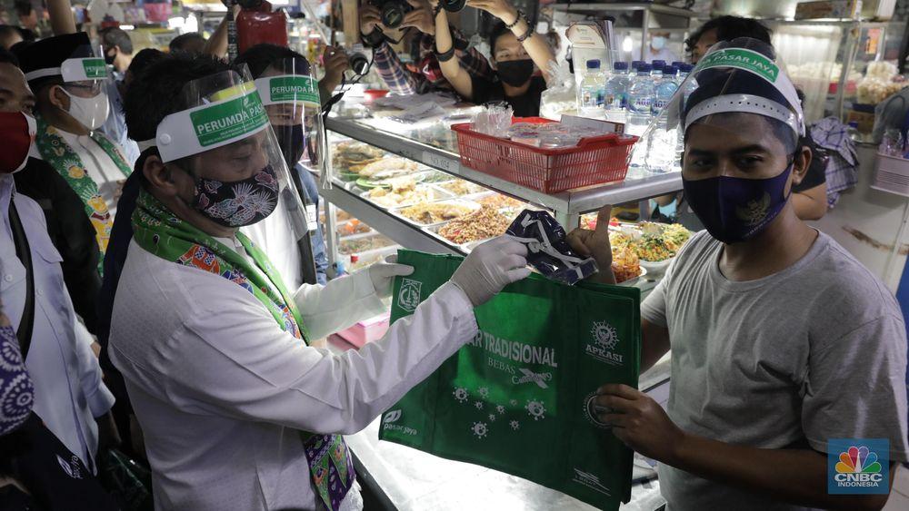 Pengunjung pasar menggunakan Kantong Belanja Ramah Lingkungan (KBRL) di Pasar Tebet Barat, Jakarta, Jumat. (CNBC Indonesia/Muhammad Sabki)