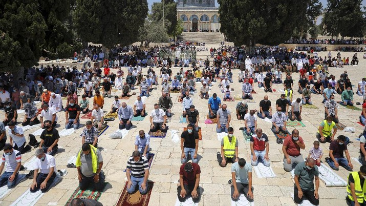 Muslim men keep social distancing to prevent the spread of coronavirus pandemic during Friday prayer, next to the Dome of the Rock Mosque in the Al Aqsa Mosque compound in Jerusalem's old city, Friday, July 10, 2020. (AP Photo/Mahmoud Illean)