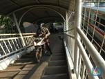 Malu Dong! JPO Pasar Minggu 'Dirampas' Pengendara Motor