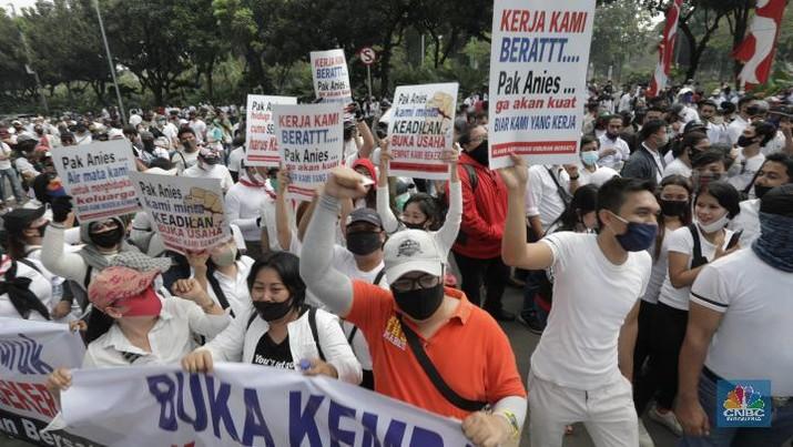 pekerja sektor usaha hiburan yang tergabung dalam Asosiasi Pengusaha Hiburan Jakarta (Asphija)  melakukan unjuk rasa di Balai Kota DKI Jakarta, Selasa (21/7/2020). (CNBC Indonesia/Tri Susilo)