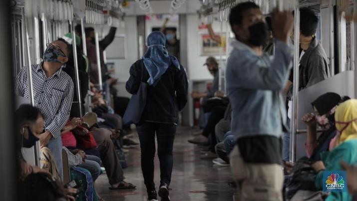 Sosialisasi penumpang KRL harus menggunakan pakain lengan panjang akan diberlakukan pekan ini. (CNBC Indonesia/Tri Susilo)