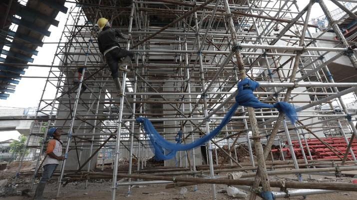Pekerja menyelesaikan proyek pembangunan jalan layang Lenteng Agung, Jakarta Selatan, Kamis, (23/7/20). (CNBC Indonesia/Tri Susilo)