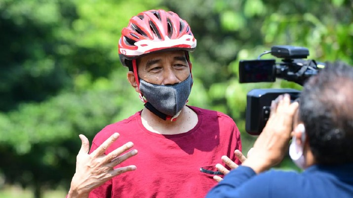 Presiden Joko Widodo berolahraga pagi dengan mengayuh sepeda di area Istana Kepresidenan Bogor, Jawa Barat. Foto: Muchlis Jr - Biro Pers Sekretariat Presiden