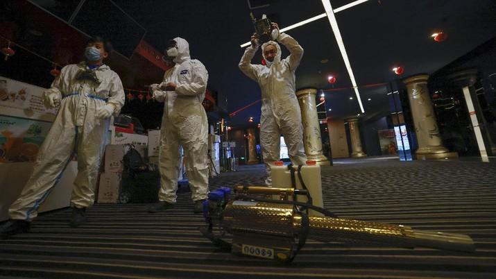 Sejumlah bioskop di Beijing melakukan sterilisasi dan pembersihan dari virus covid-19. AP/Ng Han Guan
