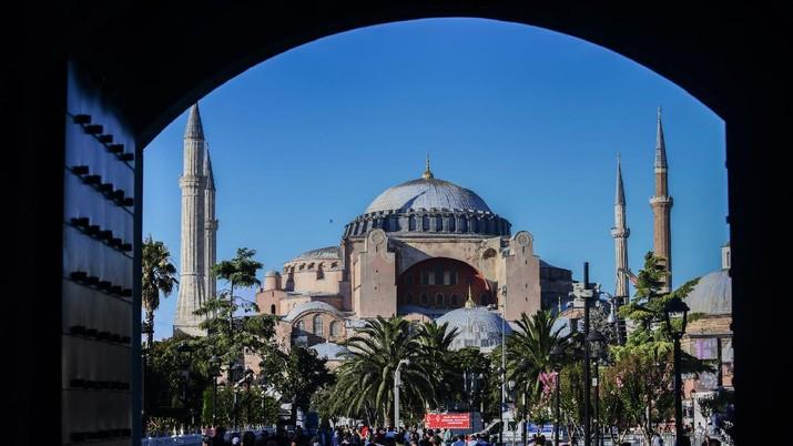 Sholat Jumat di Hagia Sophia. AP/Yasin Akgul