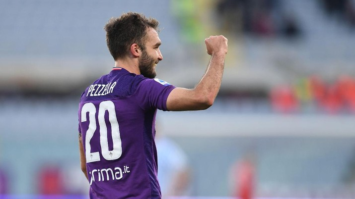 Fiorentina's German Pezzella celebrates after scoring the winning goal during the Italian Serie A soccer match between Fiorentina and Spal, at the Artemio Franchi stadium in Florence, Italy, Sunday, Jan.12, 2020. (Jennifer Lorenzini/LaPresse via AP)
