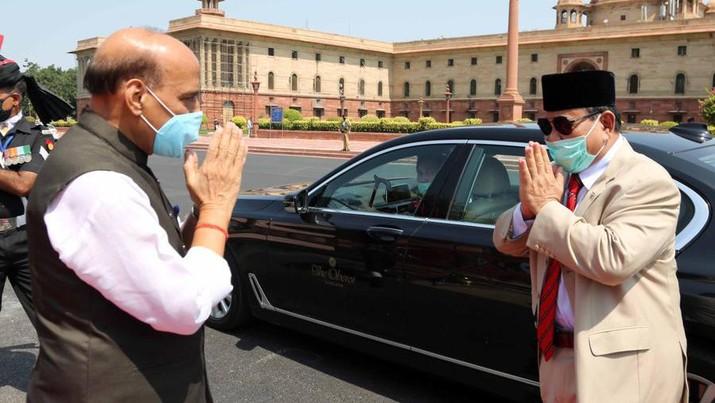 Pertemuan Menteri Pertahanan Indonesia Prabowo Subianto dengan Menteri Pertahanan India Rajnath Singh. (Dok. Twitter @SpokespersonMoD)