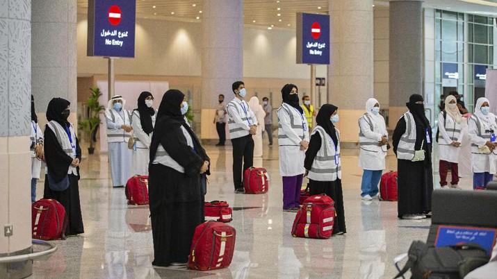 Pilgrims arrive to King Abdulaziz Airport for the Hajj pilgrimage to Mecca, in Jeddah, Saudi Arabia, Saturday, July 25, 2020. (Saudi Ministry of Media via AP)