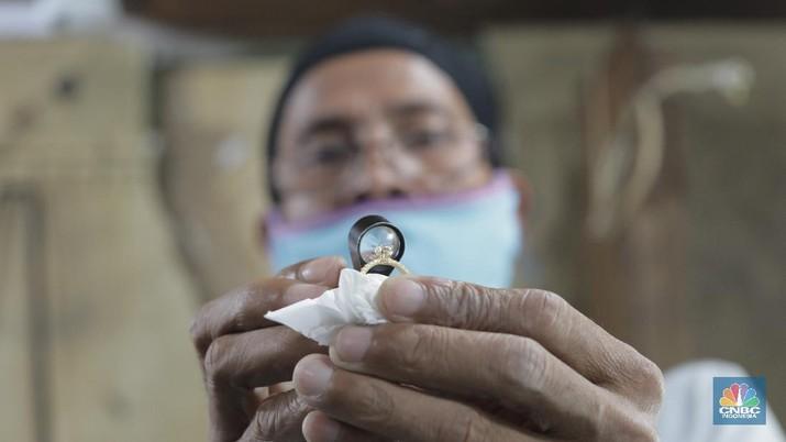 Karyawan gerai emas  memperbaiki perhiasan warna emas (chrome) berupa cincin di Cikini Gold Center, Jakarta Pusat, Selasa (28/7/20). harga emas Antam juga berhasil naik Rp 25.000 menjadi Rp 964.120/gram untuk emas kepingan 100 gram yang lumrah dijadikan acuan. Sedangkan untuk kepingan 1 gram berada di Rp 1.022.000/gram berhasil menembus level 1 juta per gram. (CNBC Indonesia/Tri Susilo)