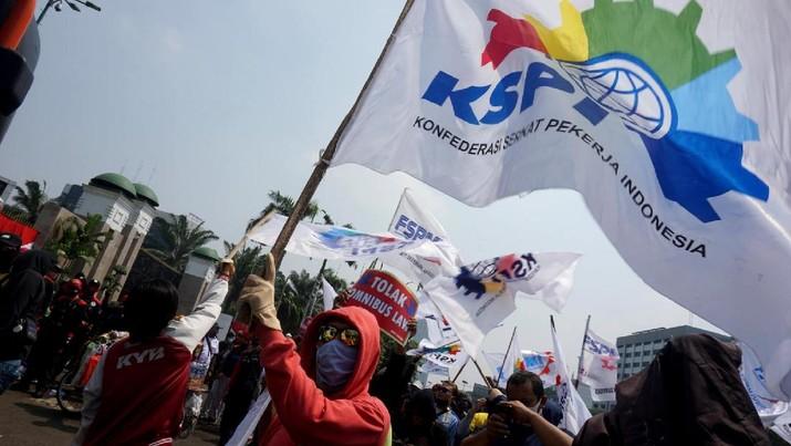 Kelompok massa yang tergabung dalam Konfederasi Serikat Pekerja Indonesia (KSPI) menggelar unjuk rasa di depan Komplek MPR/DPR, Jakarta, Rabu (29/7). Aksi tersebut menolak pembahasan Rancangan Undang-Undang Omnibuslaw Cipta Kerja. (CNBC Indonesia/ Muhammad Sabki)