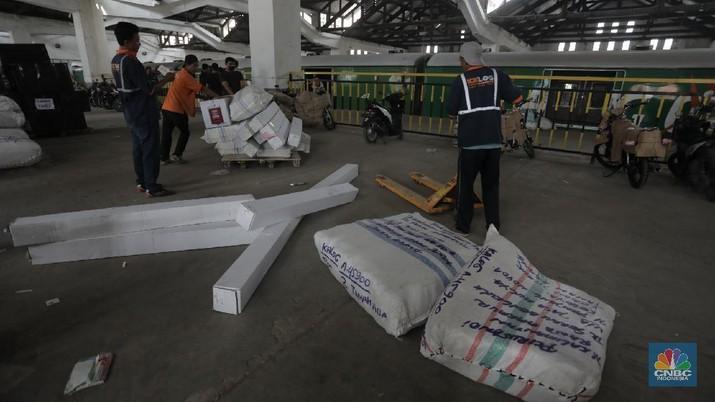 Aktivitas penerimaan barang yang akan dikirim ke kota-kota di Pulau Jawa dengan menggunakan jasa kereta barang yang dikelola oleh Rail Express di Stasiun Jakarta Gudang, Kampung Bandan, Jakarta, Rabu (29/7/2020). (CNBC Indonesia/Tri Susilo)   Setelah sempat mengalami penurunan permintaan pengiriman barang di masa PSBB, mulai bulan Juni permintaan pengiriman barang mulai naik.   Berdasar data PT Daop 1, pada periode 1 Juni-27 Juli Rail Express telah mengangkut 5.422 ton barang ke berbagai kota di Pulau Jawa.      Rail Express menyediakan layanan kiriman barang retail di antaranya barang industri, paket, motor, produk UMKM, e-commerce, bahan pangan, dan lainnya.     Tarif  Rail Express, misalnya untuk rute Jakarta ke Bandung tarifnya hanya Rp600/kg, Jakarta ke Surabaya hanya Rp1.500/kg dan Jakarta ke Malang hanya Rp1.700/kg. Tarif yang dikenakan adalah minimal 5 kg, kecuali untuk angkutan motor dihitung berdasarkan kapasitas CC.      KAI tetap menjamin keamanan barang dan selalu memberikan pelayanan yang maksimal. Pelanggan cukup menyerahkan barang ke loket Rail Express di stasiun dan mengambilnya di loket Rail Express stasiun tujuan.    Layanan Rail Express tersedia di 60 stasiun di Pulau Jawa Khusus untuk bahan pangan, Rail Express melayani pengiriman bahan pokok, biji-bijian, buah, hewani, makanan olahan, rempah-rempah, sayur, susu, dan telur.   (CNBC Indonesia/ Tri Susilo)