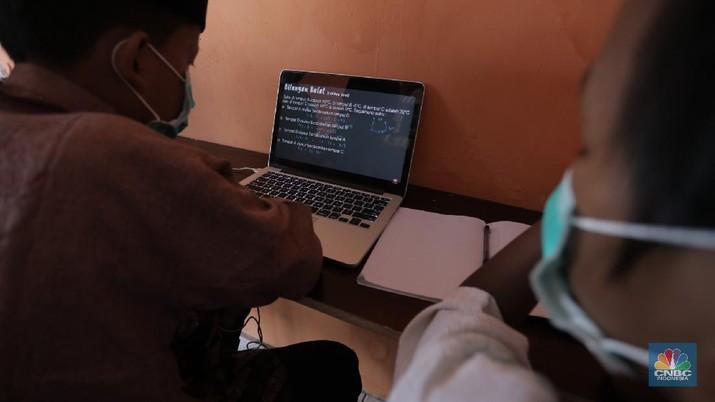Gerai warung kopi di Tangerang Selatan menyediakan fasilitas internet gratis untuk membantu para pelajar mengikuti belajar daring. Kamis, (30/7/20). (CNBC Indonesia/Tri Susilo)  Warung kopi (warkop) di kawasan Pondok Aren, Tangerang Selatan, sediakan internet gratis untuk siswa yang kesulitan mengikuti proses belajar daring.  Rizki, selaku pemilik warung kopi mengaku tergerak untuk membantu para siswa di sekitar tempat usahanya lantaran banyak yang kesulitan mengikuti kegiatan belajar jarak jauh karena kesulitan membeli kuota internet, atau bahkan hanya memiliki satu ponsel yang digunakan orangtua mereka untuk bekerja.     Kita kan baru mulai hari ini, alhamdulillah cukup tinggi antusiasnya. Karena kebanyakan orangtuanya cuma punya satu ponsel. Kayak yang kerjanya ojol, jadi dibawa buat tarik penumpang,