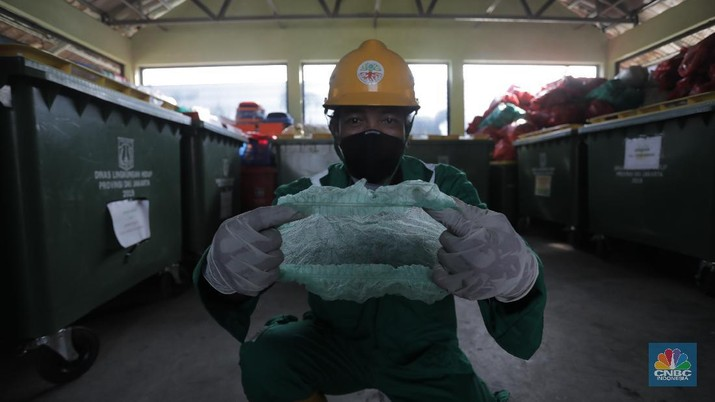 Petugas pengelolaan limbah B3 Dinas Lingkungan Hidup (DLH) membawa limbah medis warga yang akan dipilah di Cengkareng, Jakarta Barat, Kamis (30/7/20). (CNBC Indonesia/Tri Susilo)   Pandemi Covid-19 membuat limbah medis atau infeksius di DKI Jakarta meningkat.  Kasie Pengelolaan Limbah BE Dinas Lingkungan Hidup (DLH) DKI Jakarta Rosa Ambarsari, mengatakan, pada Juli 2020 atau periode kedua saat Covid-19 mewabah, DLH DKI telah memproses 206,76 kilogram limbah medis warga yang terkumpul dari lima wilayah Jakarta.  Berdasarkan data, Jakarta Selatan menjadi wilayah dengan penyumbang limbah medis tertinggi di Ibu Kota.     Rinciannya, 85 kilogram limbah B3 dari Jakarta Selatan, 46,75 kilogram dari Jakarta Barat, 42 kilogram dari Jakarta Timur, 21 kilogram dari Jakarta Utara, dan 12 kilogram dari Jakarta Pusat.     Pemprov DKI menggandeng pihak ketiga untuk mengolah sampah yang berpotensi masuk dalam kategori limbah bahan beracun berbahaya (limbah B3) itu.