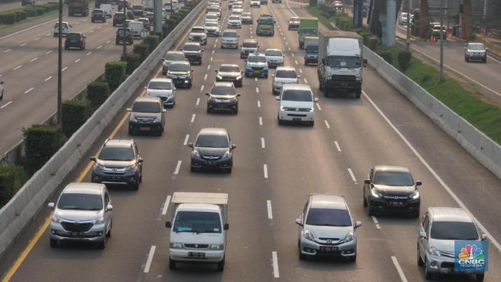 Kepadatan kendaraan di ruas tol Jakarta-Cikampek, Jakarta, Kamis, 30 Juli 2020. Pemerintah memprediksi akan adanya lonjakan lalu lintas kendaraan bermotor pada libur Iduladha nanti, karena tidak adanya larangan mudik seperti yang dilakukan pada saat Idulfitri lalu. Kementerian Perhubungan (Kemenhub) melakukan sejumlah antisipasi menjelang Hari Raya Idul Adha 1441 H. Antisipasi dilakukan mengingat perayaan Hari Raya Idul Adha jatuh pada Jumat (31/7/2020), yang berarti akan ada libur panjang akhir pekan (long weekend). Sementara untuk mengantisipasi lonjakan lalu lintas kendaraan bermotor saat liburan Idul Adha, Kemenhub mempersiapkan personel serta berkoordinasi dengan instansi terkait seperti kepolisian dan Dinas Perhubungan di daerah untuk meningkatkan pengawasan di lapangan, serta dengan para operator transportasi. (CNBC Indonesia/ Muhammad Sabki)
