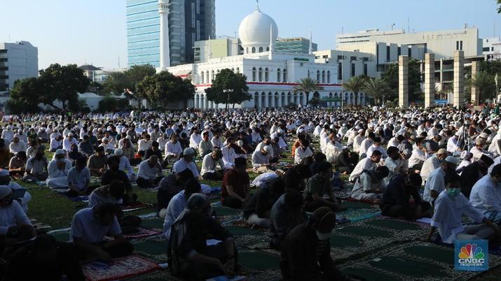 Salat Idul Adha di Masjid Agung Al-Azhar, Jakarta, Jumat (31/7/2020). (CNBC Indonesia/ Andrean Kristianto)