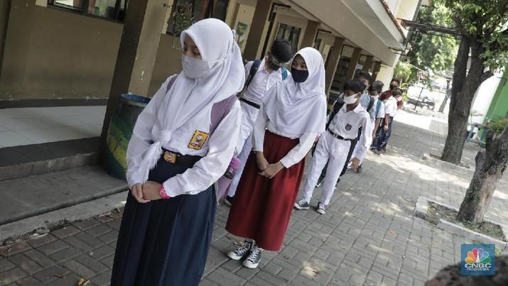 Sejumlah siswa kelas VII SMP Negeri 2 Bekasi mengikuti kegiatan belajar mengajar di Sekolah SMP Negeri 2 Bekasi, Jawa Barat. (CNBC Indonesia/Muhammad Sabki)