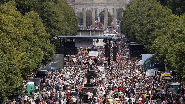 Unjuk rasa ribuan warga Jerman menentang pembatasan sosial berakhir ricuh. (AP/Markus Schreiber)
