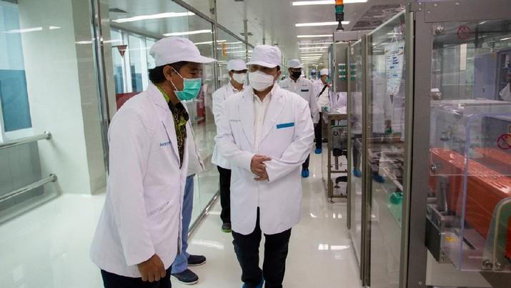 Menteri BUMN Erick Thohir meninjau laboratorium dan fasilitas produksi Bio Farma, perusahaan induk BUMN di bidang farmasi, di Bandung, Jawa Barat, Selasa (4/8) (Dok. Kementerian BUMN)