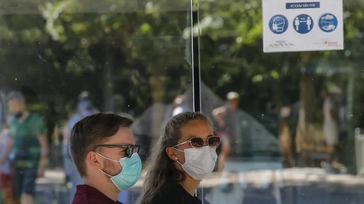 Warga Prancis terapkan penggunaan masker di tempat umum. (AP/Michel Euler)