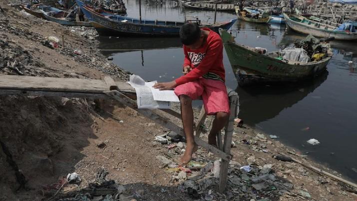 Sihabudin 15 tahun siswa kelas 9 SMP Darussadah yang belajar secara daring di kampung nelayan, Jakarta Utara. (CNBC Indonesia/Muhammad Sabki)