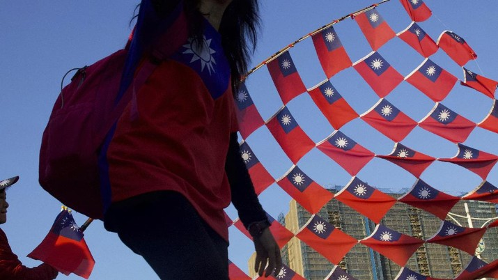 Supporters of Han Kuo-yu, Taiwan's 2020 presidential election candidate for the KMT or Nationalist Party, cheer with their national flag during a campaign rally in Taipei, Taiwan, Thursday, Jan. 9, 2020. Taiwan will hold its presidential election on Jan. 11. (AP Photo/Ng Han Guan)
