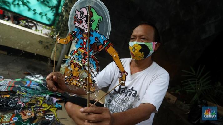 Iskandar Hardjodimuljo seniman pembuat Wayang Uwuh (limbah rumah tangga) menunjukan hasil karyanya di kawasan Cawang, Jakarta Timur, Senin (10/8/2020). (CNBC Indonesia/Andrean Kristianto)