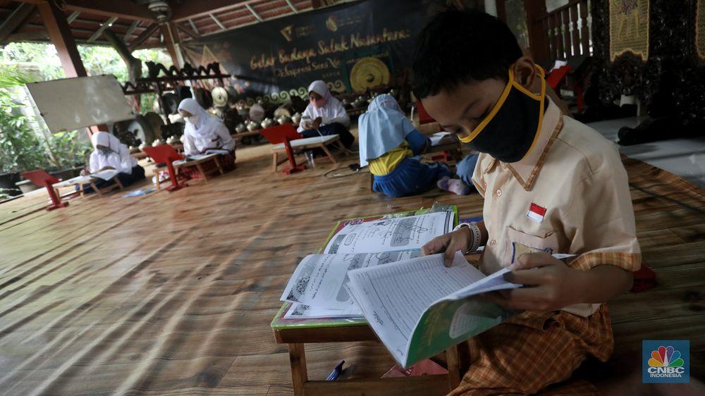Sejumlah siswa belajar menggunakan fasilitas wifi gratis di Sanggar Suluk Nusantara di Wilayah Perumahan Depok Mulya 1, Depok, Jawa Barat, Selasa (11/8/2020). Sri Wiwoho pemilik sanggar budaya sekaligus warga yang memprakarsai wifi gratis ini mengungkap Fasilitas wifi itu disediakan sebagai bentuk kepedulian atas kesulitan biaya untuk kebutuhan belajar daring