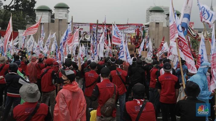 Demo Buruh Tolak Omnibus Law (CNBC Indonesia/ Tri Susilo)