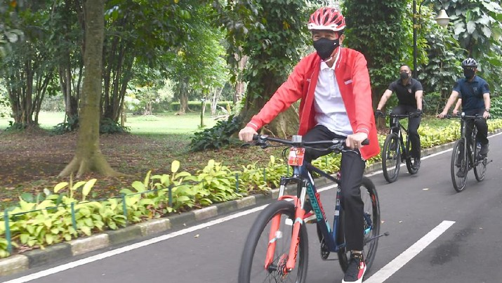Presiden Joko Widodo memanfaatkan libur akhir pekan ini, Sabtu, 15 Agustus 2020, dengan berolahraga. Kali ini, Presiden memilih untuk bersepeda di area Istana Kepresidenan Bogor dan Kebun Raya Bogor.