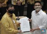 Momen Airlangga Serahkan SK Golkar Dukung Bobby di Pilkada