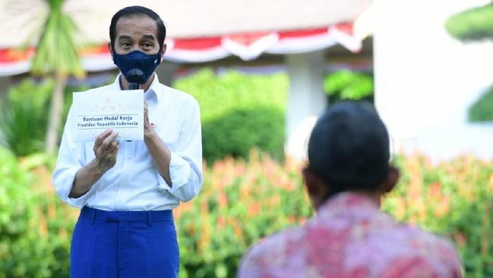 Pemberian bantuan modal kerja, di halaman tengah Istana Merdeka. (Foto: Muchlis Jr - Biro Pers Sekretariat Presiden )