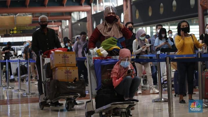 Penumpang pesawat mengalami lonjakan selama periode libur panjang pekan ini. (CNBC Indonesia/Tri Susilo)